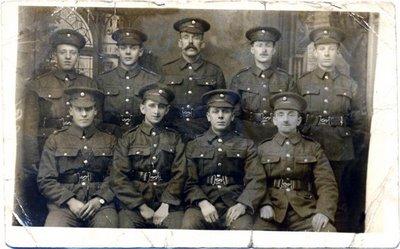 Foto de grupo. Harry está sentado en el extremo derecho