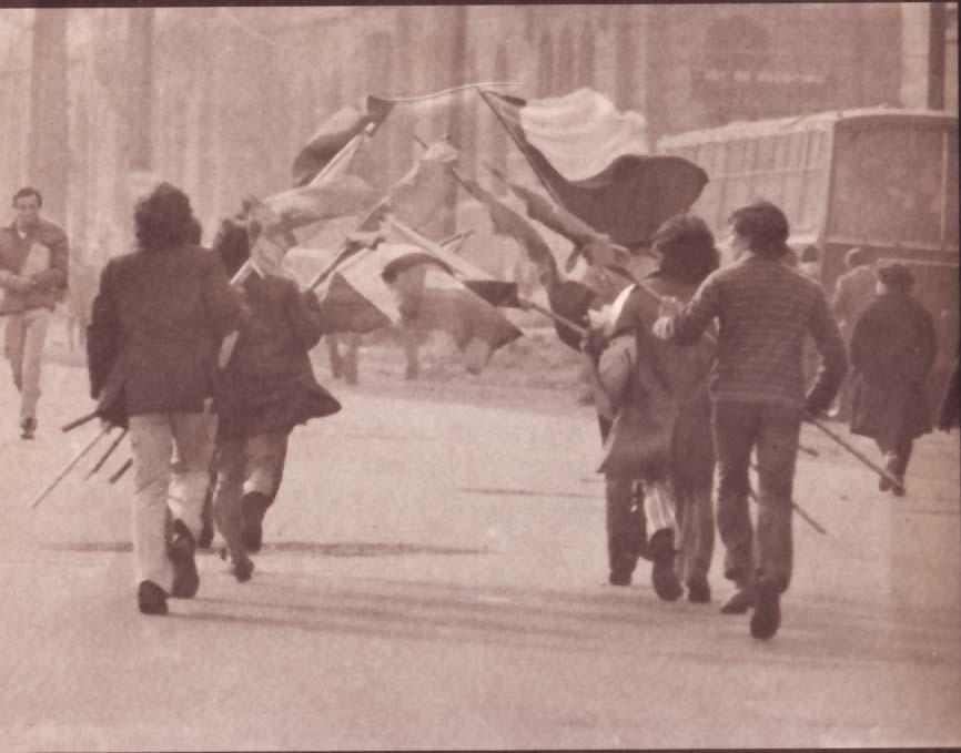AYER. Las banderas chilenas frente a la Universidad Católica, al tope del desorden