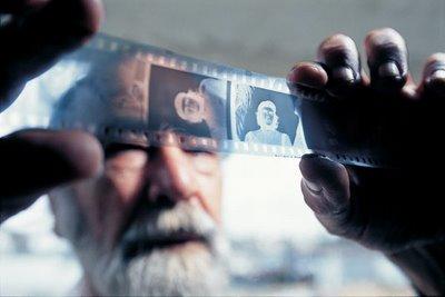 Korda revisa el negativo de su famoso foto