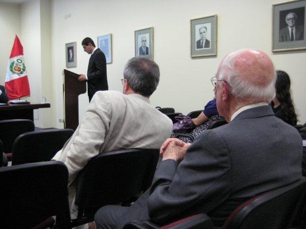 Defensa de tesis de Emilio Candela. Observan Cristóbal Aljovín de Losada y José Agustín de la Puente Candamo
