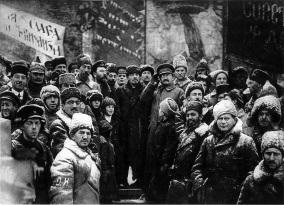 Líderes soviéticos, incluyendo Lenin y Trotski, observan el segundo aniversario de la Revolución en la Plaza Roja (1919).