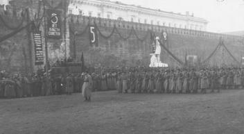 Parada militar en la Plaza Roja durante el quinto aniversario de la Revolución (1922)